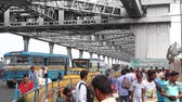 ベンガル : Kolkata, India - Circa March 2019. Traffic at Howrah bridge.