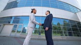 слияние : Agreement, handshake two businessmen, shaking hands high definition video Стоковые видеозаписи