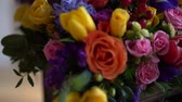 vime : basket of flowers, bright colors, roses and tulips. Stock Footage