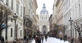 cúpulas : Winter view of St. Petersburg. Petersburg. St. St. Stephens Basilica (Cathedral) in the capital of Hungary