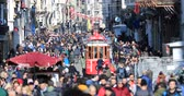 rozdělit : A view of crowded street at Istiklal Avenue
