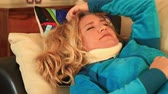 špatně : Painful woman with neck brace trying to sleep