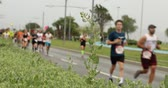 maratona : Marathon athletes running on city road