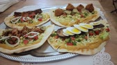 panquecas : Different types of kebab filling. Plate with kebabs. Kebabs with meat eggs spices onion cucumber lettuce. Delicious juicy kebab cooking. Vídeos