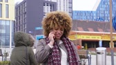 только взрослые : Woman in the city talking on her smart phone.