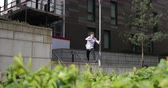 habilidade : Freerunner is jumping between walls and buildings in Newcastle city centre. Vídeos