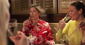 hodina : Over the shoulder view of a small group of mature female friends making a celebratory toast while sitting in a restaurant. Dostupné videozáznamy