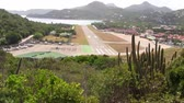 спуск : The Airport of Saint Barthélemy, also called Saint Barts or Saint Barths an Exclusive Island in the Caribbean. It is one of the most dangerous landing strips in the world.