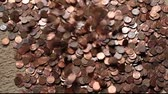 quedas : collection of one cent coins falling into a pile Vídeos