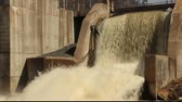 мощность : water flowing over a dam