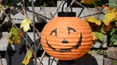arrepiante : Halloween decorations in the front yard of a house on Halloween. ghost and bat Stock Footage