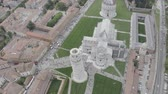 точка зрения : Aerial view of the Leaning Tower of Pisa, Cathedral of Santa Maria Assunta and Baptistery in Miracoli Square, Pisa, Tuscany, Italy. Стоковые видеозаписи