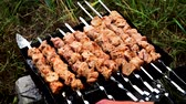 rack focus : rotation of grilled meat on the grill