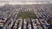 aeronave : Aerial view of New York, Midtown Manhattan. Residental buildings, streets ans crossroads from above.