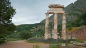 colonne greche : Tholos with Doric columns at the Athena Pronoia temple ruins in Delphi, Greece