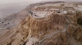 jordanien : Soaring aerial 4K view MASADA, ISRAEL. Filmed flying drone. flying around Masada, an ancient Jewish fortress in the Israeli desert. Israeli soldiers on top of the mountain. Videos