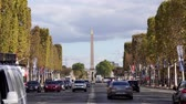 viale alberato : Francia, Parigi - 24 settembre 2018: traffico sugli Champs-Elysees con obelisco egiziano a Place de la Concorde in background Filmati Stock