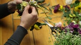 acompanhamento : Master class of a florist making flower ring.