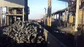 экстракт : Loading the ore into heavy dump truck at the opencast mining