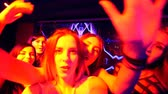 metáfora : beautiful girl at the party make selfie - disco birthday. Stock Footage