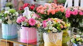 goździk : Flower shop, on the show-window, there are a lot of bouquets of flowers from pion-shaped roses, floral stylish compositions in colorful boxes with different flowers
