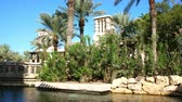 exteriér budovy : DUBAI, UNITED ARAB EMIRATES, UAE - NOVEMBER 20, 2017: View of luxury 5 stars Hotel JUMEIRAH Madinat, largest resort in emirate with own artificial canals. Dostupné videozáznamy