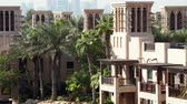 palmeiras : DUBAI, UNITED ARAB EMIRATES, UAE - NOVEMBER 20, 2017: View of luxury 5 stars Hotel JUMEIRAH Al Qasr Madinat, near Burj al Arab. resort with own artificial canals, gardens