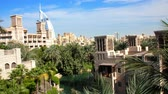 estância turística : DUBAI, UNITED ARAB EMIRATES, UAE - NOVEMBER 20, 2017: View of luxury 5 stars Hotel JUMEIRAH Al Qasr Madinat, near Burj al Arab. resort with own artificial canals, gardens