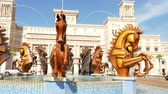 juba : DUBAI, UNITED ARAB EMIRATES, UAE - NOVEMBER 20, 2017: Hotel JUMEIRAH Al Qasr Madinat, fountain with sculptures of gold horses at the entrance to the hotel complex, Stock Footage