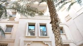 souk : DUBAI, UNITED ARAB EMIRATES, UAE - NOVEMBER 20, 2017: View of luxury Hotel JUMEIRAH Al Qasr Madinat, beautiful architecture of hotel buildings in Arabic style, palm gardens