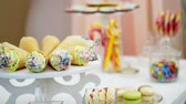буфет : Candy bar on childrens birthday. close-up, multi-colored lollipops, sweets, biscuit, cupcakes, sweet decoration for childrens parties and childrens anniversaries.