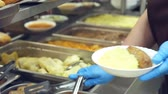 все : close-up, canteen worker lays a portion of mashed potatoes on the plate. in modern canteen, cafeteria, restaurant of public catering, mess hall, Стоковые видеозаписи