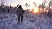 tática : Hunters in the Woods. Armed Rangers in winter forest