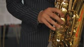 horn : Saxophonist plays the saxophone