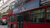 западный : SELFRIDGES DEPARTMENT STORE, OXFORD STREET, LONDON, ENGLAND – 12 NOVEMBER 2017: 4K video of traffic, taxis and red double decker London buses driving past Selfridges, Oxford street, London, England
