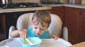 iştah : little boy eats porridge for breakfast