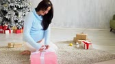 expectante : pregnant mom by the Christmas tree with Christmas gifts Stock Footage