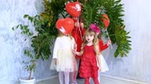 carte d amour : Kids friends with red balloons on holiday