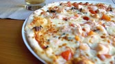 새우 : Pizza with seafood. Tuna and shrimps. 무비클립