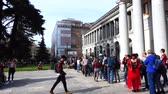 uzatma : MADRID, SPAIN - APRIL 05, 2018: Long line in Museo del Prado, free hours.
