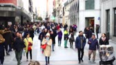 madryt : MADRID, SPAIN - MARCH 25, 2018: Unknown people on the streets of Madrid. Slow motion Preciados Street. The most popular shopping street in Madrid. Wideo
