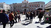 pěší : MADRID, SPAIN - MARCH 25, 2018: Unknown people on the Puerta del Sol Square. The Puerta del Sol is a public square in Madrid, one of the best known and busiest places in the city. Slow motion.
