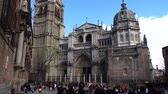 toledo : TOLEDO, SPAIN - MARCH 29, 2018: Unknown tourists before the Primate of Saint Mary of Toledo. Architecture monument, characteristic of the Spanish gothic style. Stock Footage