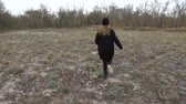 funda : The girl runs on a heathland. Slow motion. Shooting in the fall. Stok Video