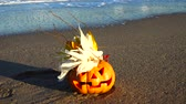 кошмар : Spooky halloween pumpkin. Shooting on the beach. Sea and waves. Shooting in October.