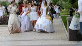inocente : Brides walk around the city Vídeos