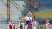 позы : The song on the stage in the park. Стоковые видеозаписи