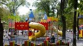enfants jeux : Childrens playground. Shooting in the summer. Vidéos Libres De Droits