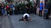 actie : LVIV, UKRAINE - SEPTEMBER 15, 2019: Unknown guys dance break on the street of the city.
