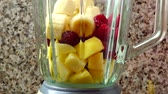 banan : Filling in the blender of apples, raspberry and bananas. Preparation of smoothie in the blender.